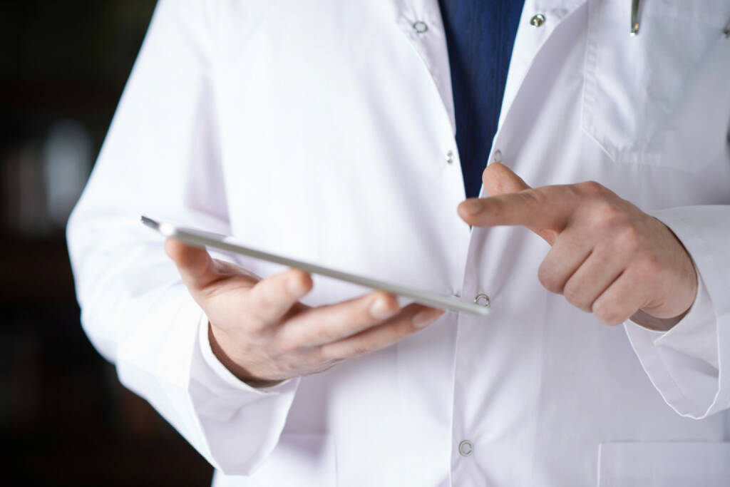 Innovation, Idee, neu, Erfindung, Erneuerung, Eureka, Forschung, Labormantel, Labor http://www.shutterstock.com/de/pic-241532110/stock-photo-close-up-fragment-of-a-man-in-a-white-doctor-s-coat-holding-a-pad-tablet-device-in-his-hands.html, © www.shutterstock.com (12.01.2015)