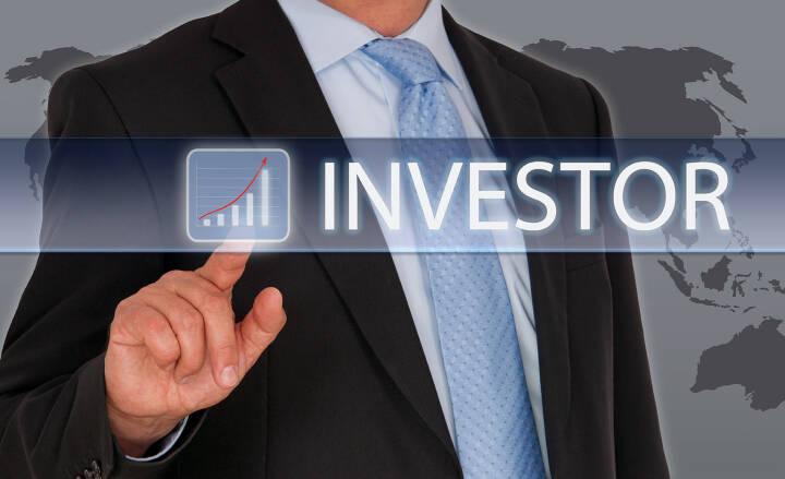 Investor - Businessman mit Touchscreen und Chart, http://www.shutterstock.com/de/pic-242994070/stock-photo-investor-businessman-with-touchscreen-and-chart.html