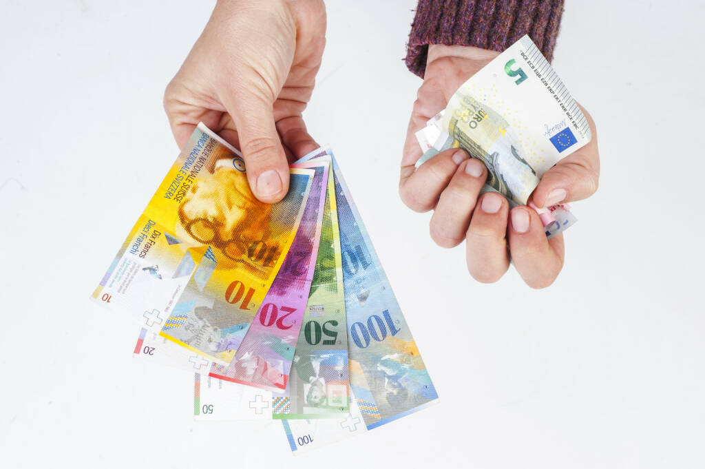 Franken, Euro, EUR/CHF, zerknüllte Euro http://www.shutterstock.com/de/pic-244638901/stock-photo-female-hand-holding-banknotes-swiss-franc-and-the-second-crumpled-euro-banknotes.html, © www.shutterstock.com (18.01.2015)
