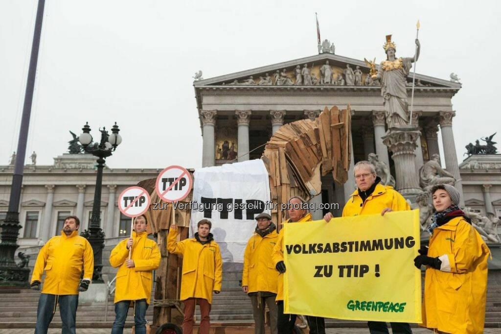Anlässlich des heutigen Besuchs von EU-Kommissarin Cecilia Malmström bekräftigt die Umweltorganisation Greenpeace die Kritik an den geplanten Handelsabkommen zwischen der EU und den USA (TTIP), Kanada (CETA) und Singapur (EUSFTA). Mit einem vier Meter hohen hölzernen Trojanischen Pferd protestieren die Umweltschützer vor dem Parlament und fordern eine Volksabstimmung zu umstrittenen Handelsabkommen wie TTIP und CETA in Österreich., © Aussender (20.01.2015)