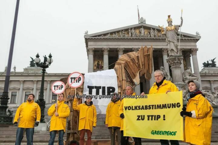 Anlässlich des heutigen Besuchs von EU-Kommissarin Cecilia Malmström bekräftigt die Umweltorganisation Greenpeace die Kritik an den geplanten Handelsabkommen zwischen der EU und den USA (TTIP), Kanada (CETA) und Singapur (EUSFTA). Mit einem vier Meter hohen hölzernen Trojanischen Pferd protestieren die Umweltschützer vor dem Parlament und fordern eine Volksabstimmung zu umstrittenen Handelsabkommen wie TTIP und CETA in Österreich.
