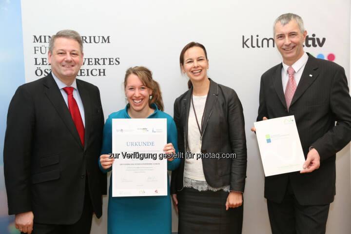 Umweltminister Andrä Rupprechter und Jugendministerin Sophie Karmasin zeichnen Jugendmobil-Coaches aus ganz Österreich aus - Jugendliche sind Vorbild für klimafreundliche Mobilität (Bild: BMLFUW/APA-Fotoservice/Schedl)