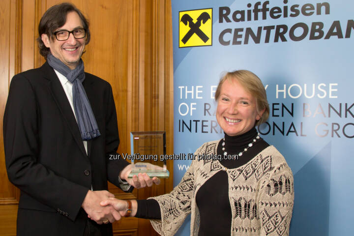 Josef Chladek (boerse-social.com), Heike Arbter (RCB). Siehe http://www.christian-drastil.com/2015/01/21/3x_number_one_award-ubergabe_rcb-ceo_sieht_viel_potenzial_im_wiener_aktienmarkt