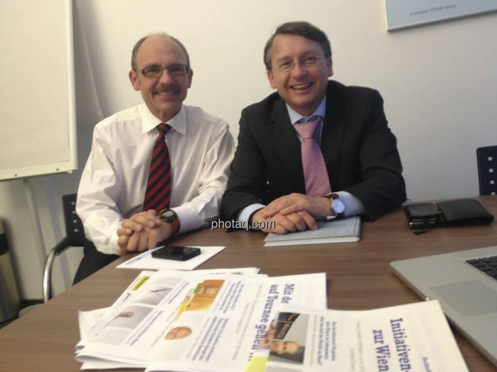 Franz Gschiegl, Dieter Kerschbaum (ESPA) mit den Fachheften (11.02.2013)