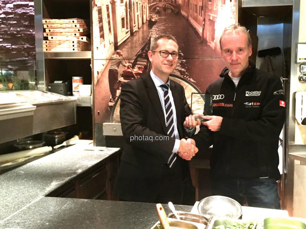 Günther Artner, Christian Drastil: Übergabe Number One Award im Rahmen eines Abendessens im Sasso. Handybild und Pizza stammen vom Koch, © photaq/Martina Draper (23.01.2015)