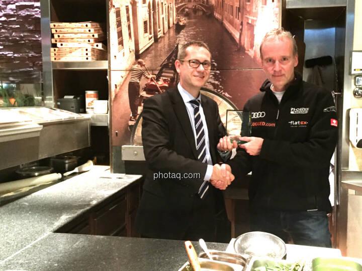 Günther Artner, Christian Drastil: Übergabe Number One Award im Rahmen eines Abendessens im Sasso. Handybild und Pizza stammen vom Koch