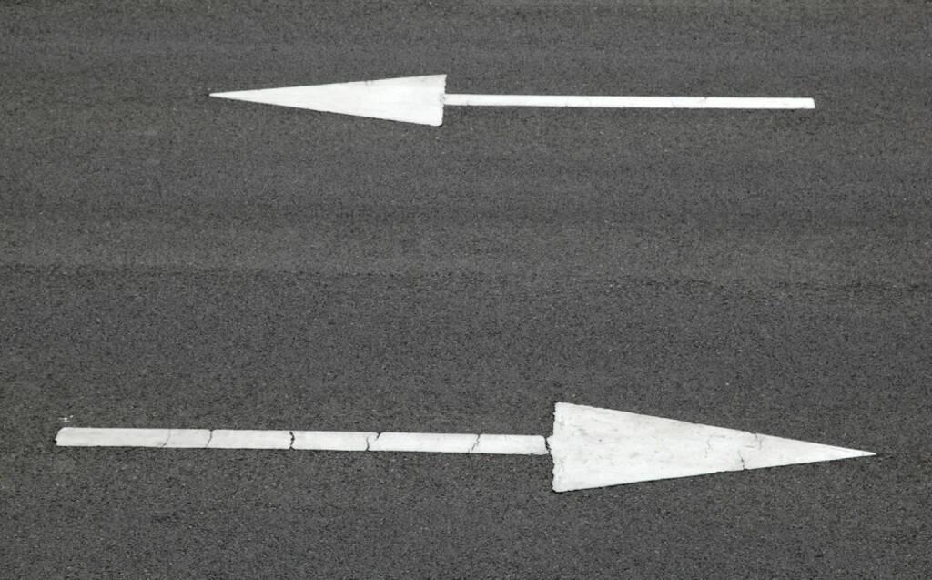 Gegenteil, Pfeil, rechts, link, vorwärts, rückwärts, vor, zurück, Richtung, Gegenrichtung, hin und her, http://www.shutterstock.com/de/pic-216611512/stock-photo-road-sign-arrow-pointing-two-way.html, © www.shutterstock.com (25.01.2015)