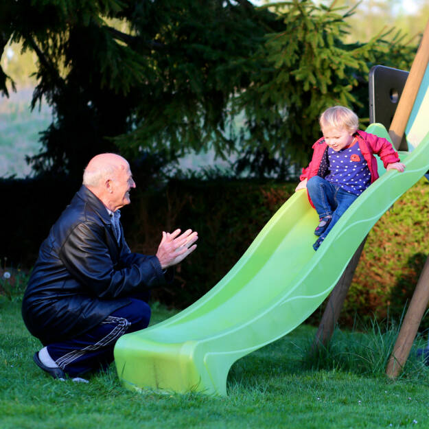 Gegenteil, alt und jung, klein und groß, Großeltern, Enkel, rutschen, http://www.shutterstock.com/de/pic-236385799/stock-photo-happy-great-grandfather-with-his-adorable-granddaughter-cute-toddler-girl-playing-on-the-slide-in.html, © www.shutterstock.com (25.01.2015)