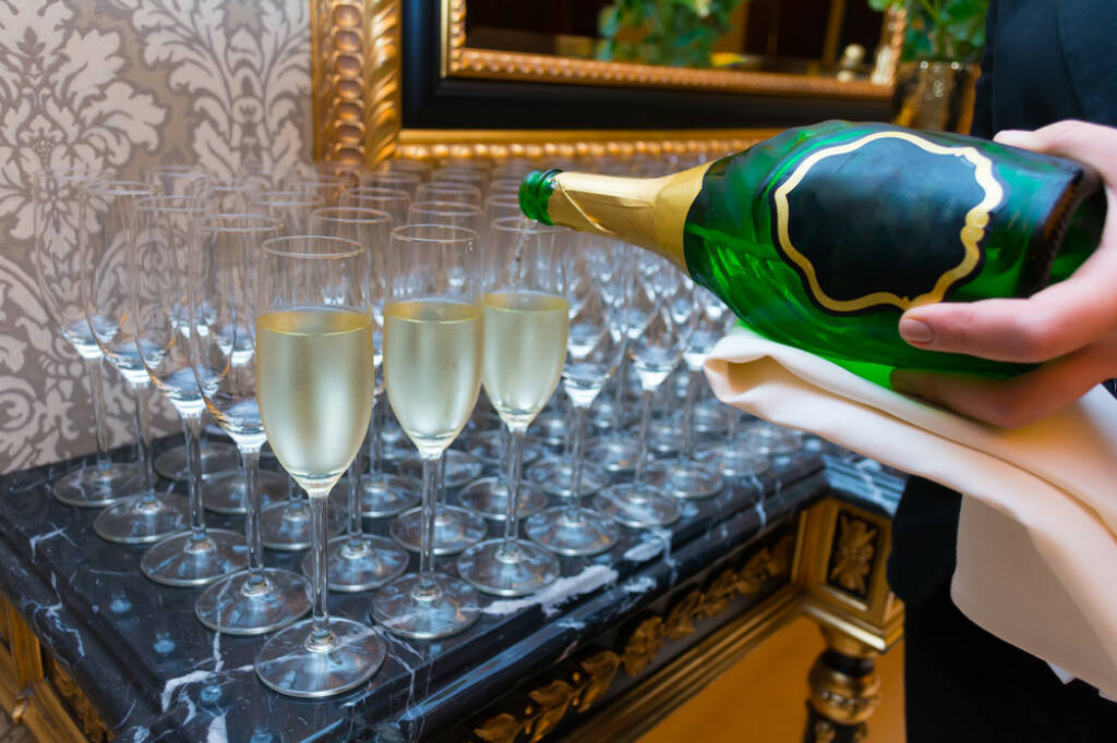 Gegenteil, voll, leer, einschenken, Sekt, Champagner, trinken, Gläser, http://www.shutterstock.com/de/pic-243772615/stock-photo-the-bartender-pours-champagne-into-the-empty-glasses-from-the-bottle.html, © www.shutterstock.com (25.01.2015)