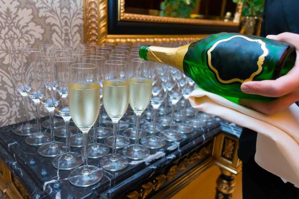 Gegenteil, voll, leer, einschenken, Sekt, Champagner, trinken, Gläser, http://www.shutterstock.com/de/pic-243772615/stock-photo-the-bartender-pours-champagne-into-the-empty-glasses-from-the-bottle.html, © www.shutterstock.com (25.01.2015)