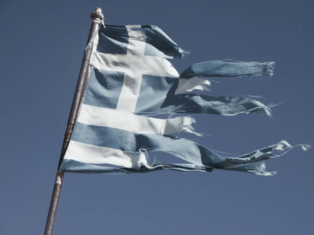 Griechenland, Fahne, zerfetzt, kaputt, ramponiert, schlecht, abwärts, http://www.shutterstock.com/de/pic-227438137/stock-photo-greek-torn-flag-fluttering-in-the-wind-posted-signs-on-a-rusty-pole.html, © shutterstock.com/eigene Bilder (26.01.2015)