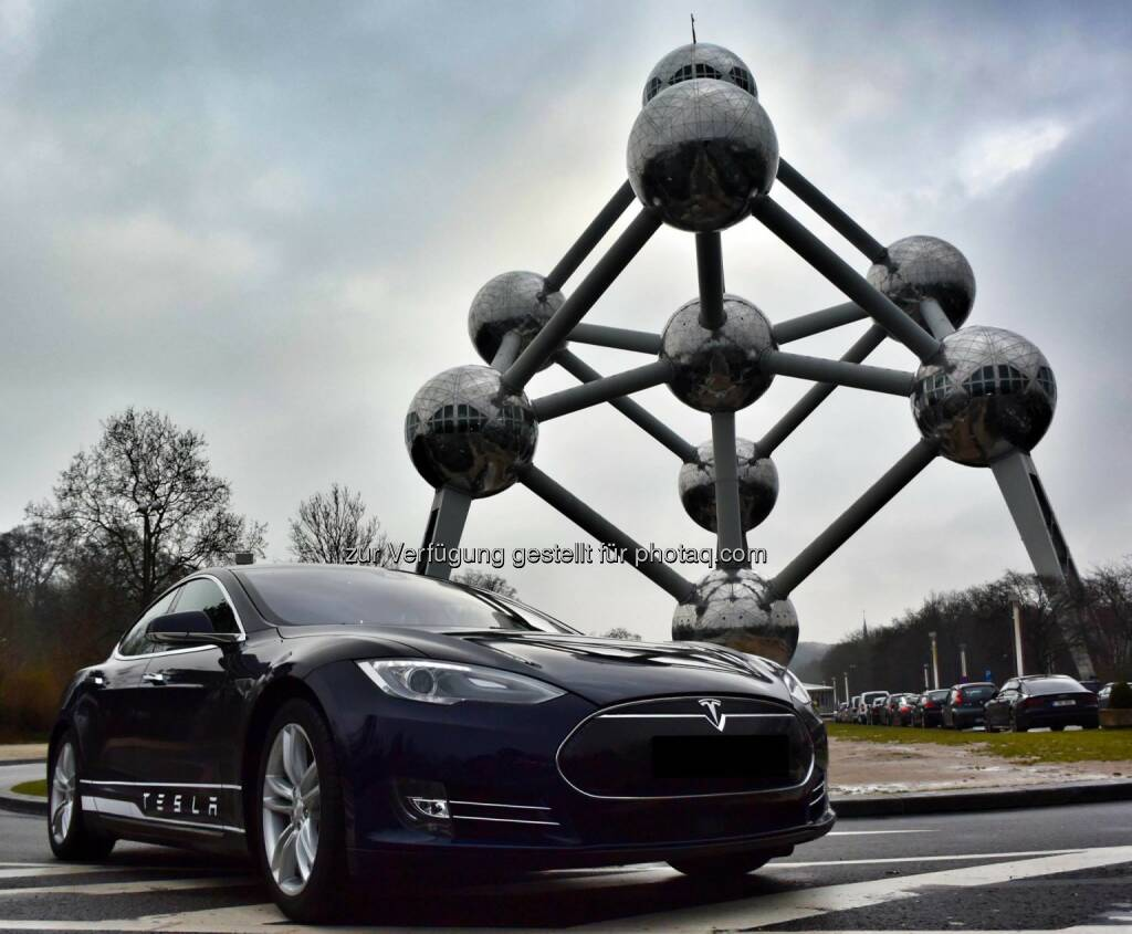 Tesla Model S meets the Atomium in Brussels.  Source: http://facebook.com/teslamotors, © Aussender (27.01.2015)