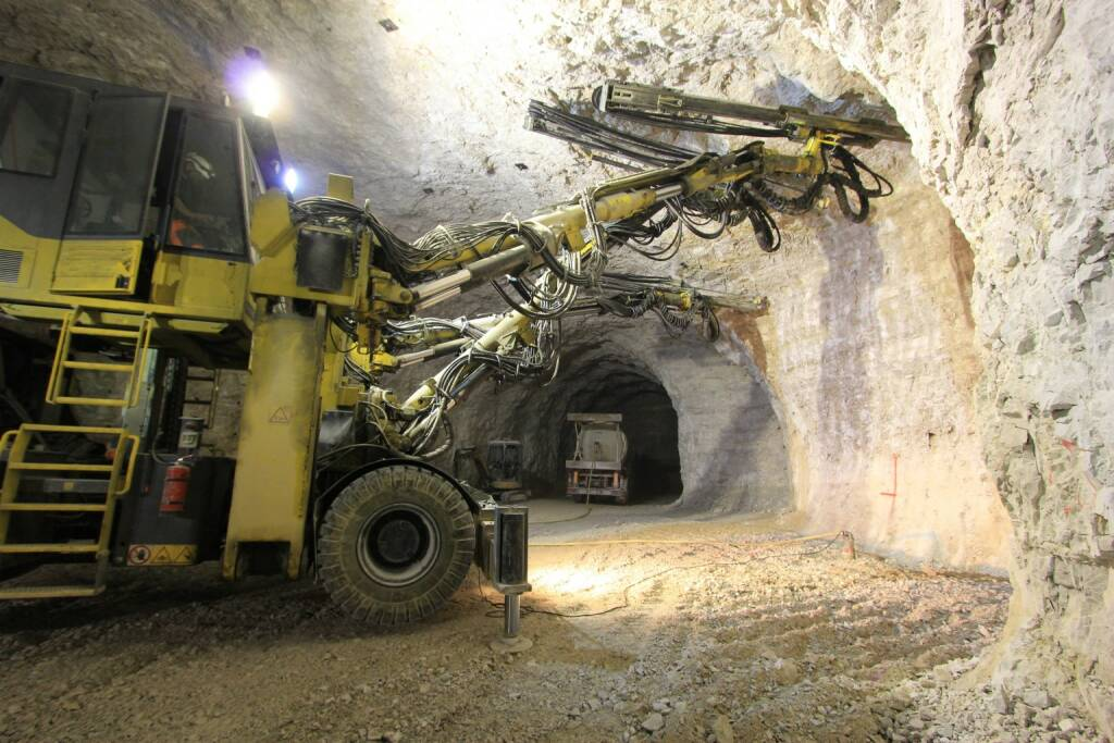 Bergbau, Mine, Abbau, Bagger, untertags - http://www.shutterstock.com/de/pic-247428652/stock-photo-mine-work.html, © www.shutterstock.com (28.01.2015)