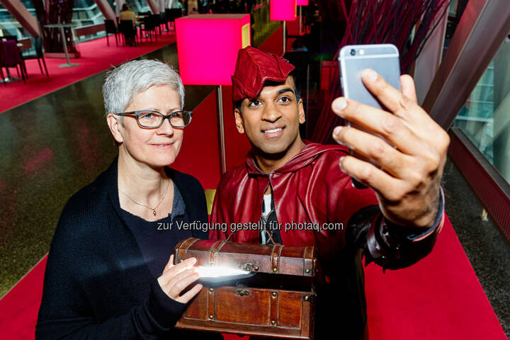 T-Mobile: Inder Hood übergibt Spende an Kinder-Krebs-Hilfe