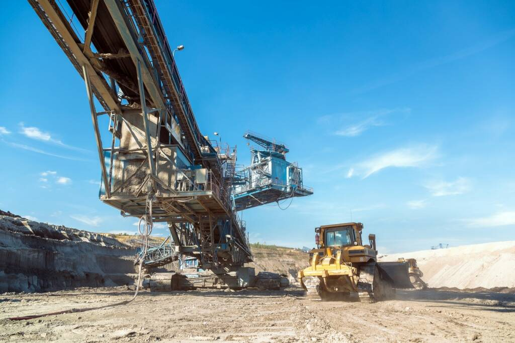 Mine, Bergbau, Bagger, Abbau http://www.shutterstock.com/de/pic-247859638/stock-photo-mining-machinery-in-the-mine-closeup.html, © www.shutterstock.com (30.01.2015)