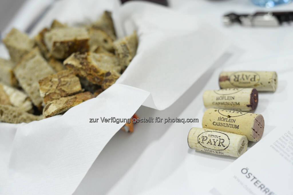 NZZ - Verkostung Spitzerberg-Weine, Weinkorken, Brot, Weinverkostung, © Daniel Shaked, NZZ.at (03.02.2015)