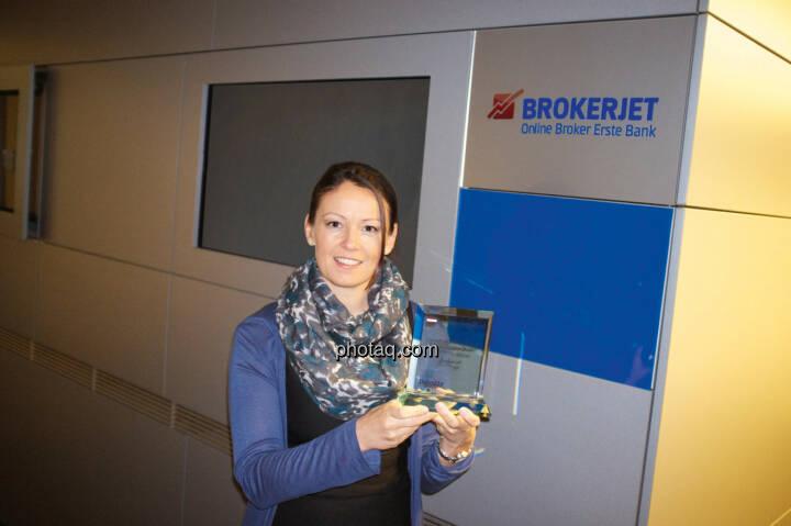 Brokerjet-Chefin Beatrix Schlaffer mit ihren Number One Award für den umsatzstärksten Broker bei Austro-Aktien.