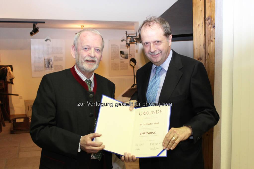 Brau Union Österreich Generaldirektor Markus Liebl (rechts) erhält Ehrenring der Stadtgemeinde Wieselburg von Bürgermeister Günther Leichtfried, © Aussendung (04.02.2015)
