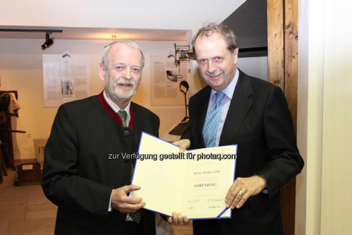 Brau Union Österreich Generaldirektor Markus Liebl (rechts) erhält Ehrenring der Stadtgemeinde Wieselburg von Bürgermeister Günther Leichtfried