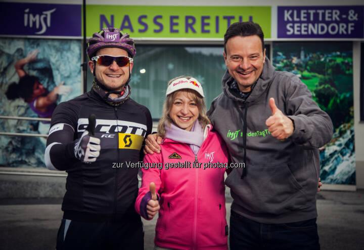 Kletter-Weltmeisterin Angela Eiter, Bike-Europameister Daniel Federspiel und Imst Tourismus GF Michael Mattersberger trafen sich kürzlich in Nassereith für ein gemeinsames Fotoshooting des Outdoor- und Bergsportmagazins GearBook.: No Sports Limits in der Ferienregion Imst
