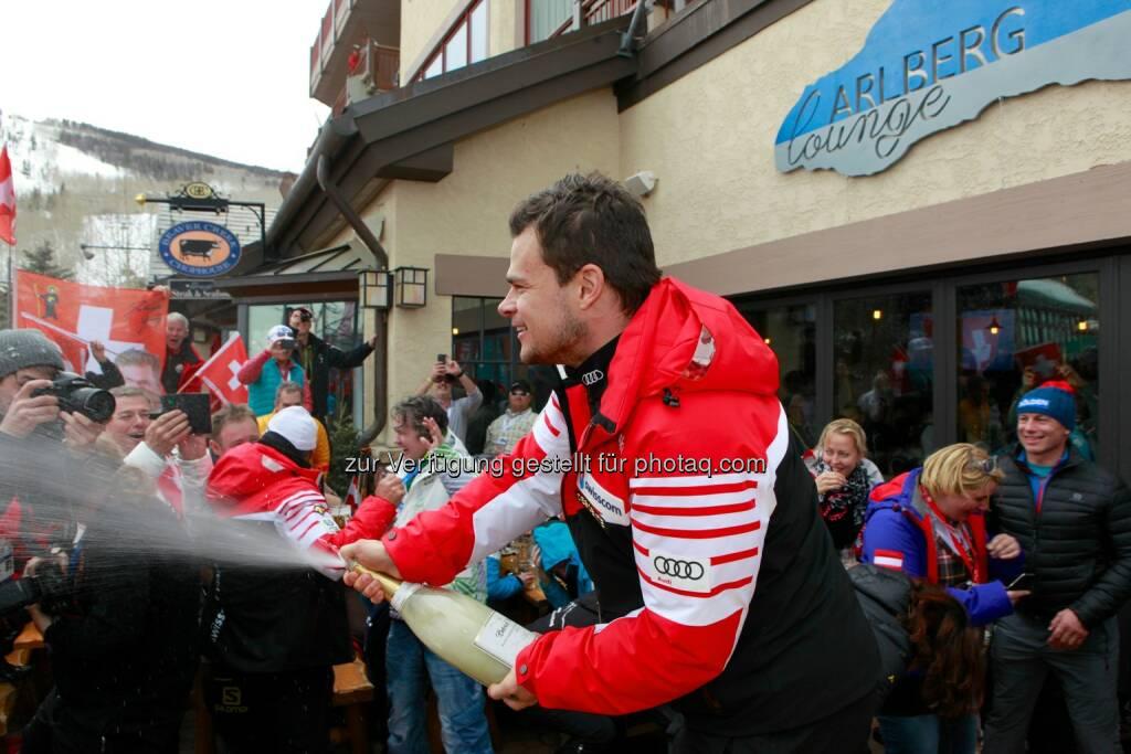 Abfahrtsweltmeister Patrick Küng feiert in der Arlberg Lounge: Lech Zürs Tourismus GmbH: Die Eidgenossen übernehmen die Arlberg Lounge, © Aussendung (08.02.2015)