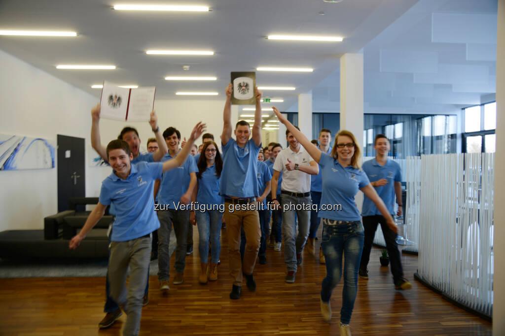 """Die FACC-Lehrlinge feierten die Prämierung des Unternehmens als """"Staatlich ausgezeichneter Ausbildungsbetrieb"""". (Foto: FACC), © FACC (09.02.2015)"""