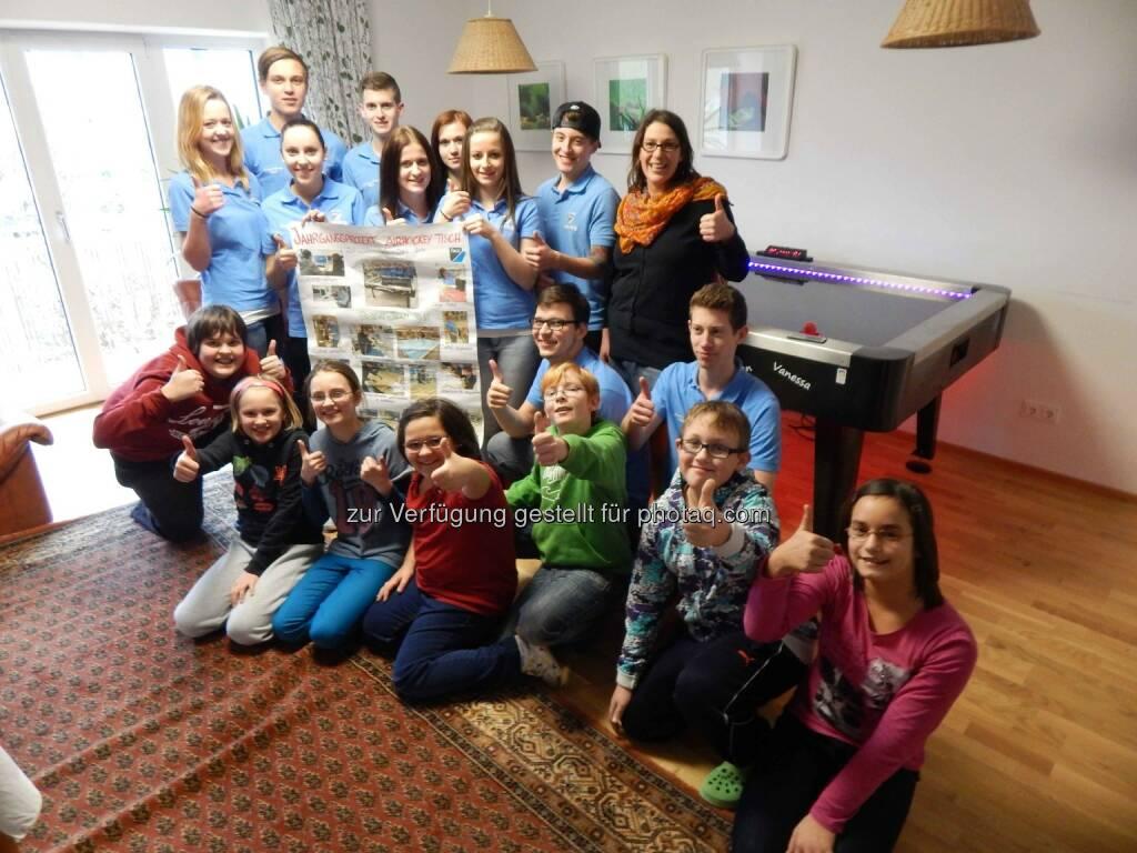 """Die Kinder des Pro Juventute Hauses """"Sonne"""" mit dem FACC-Lehrlings-Projektteam bei der Übergabe des selbst entworfenen und gefertigten Airhockey-Tisches. (Foto: FACC), © FACC (09.02.2015)"""