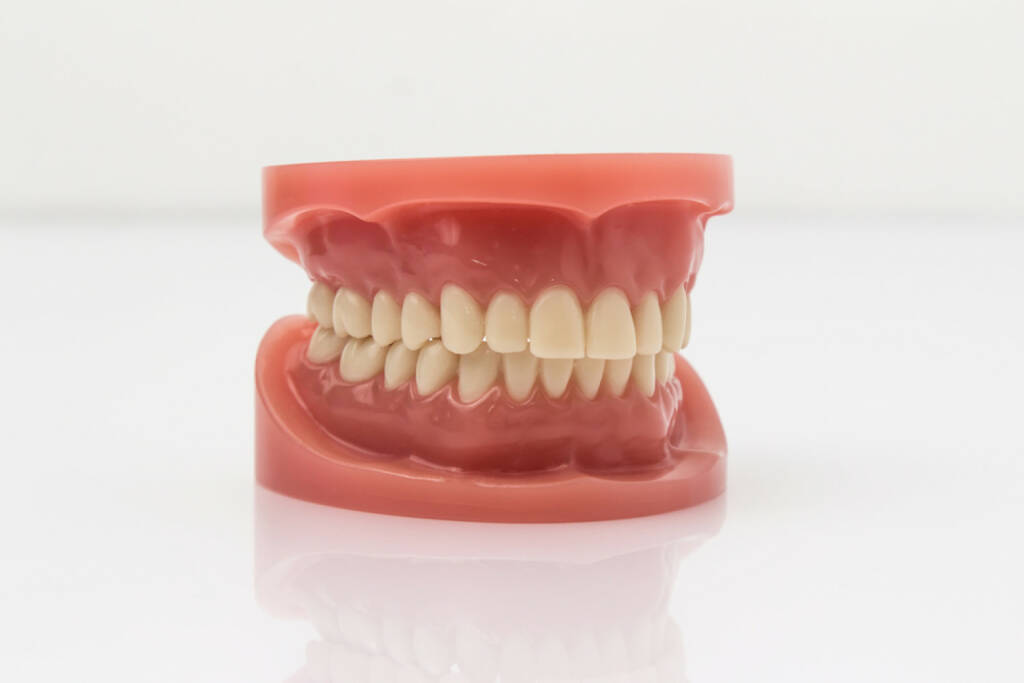 Gebiss, Zahn, Zähne, http://www.shutterstock.com/de/pic-250037071/stock-photo-set-of-artificial-lower-and-upper-jaw-false-teeth-viewed-low-angle-across-a-wooden-table-with-copy.html, © www.shutterstock.com (09.02.2015)