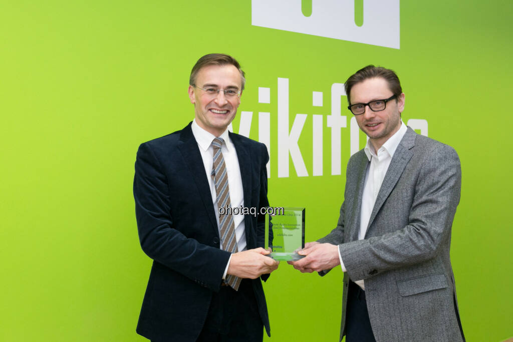 Josef Schuch, Deloitte, übergibt den Number One Award für Grösste Austro-Innovation in DACH-Aktienmärkten an Andreas Kern, CEO wikifolio, © photaq/Martina Draper (10.02.2015)