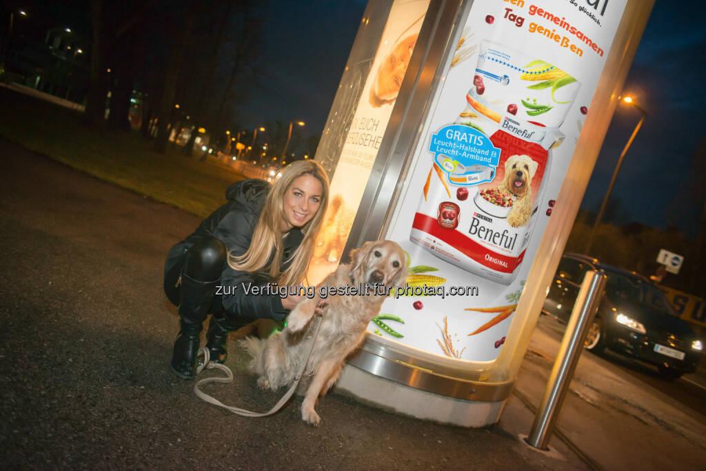 Yvonne Rueff und ihre Nikita: Purina PetCare Austria: Beneful Leucht-Säule sorgt für Spaß im Dunkeln, © Aussender (11.02.2015)