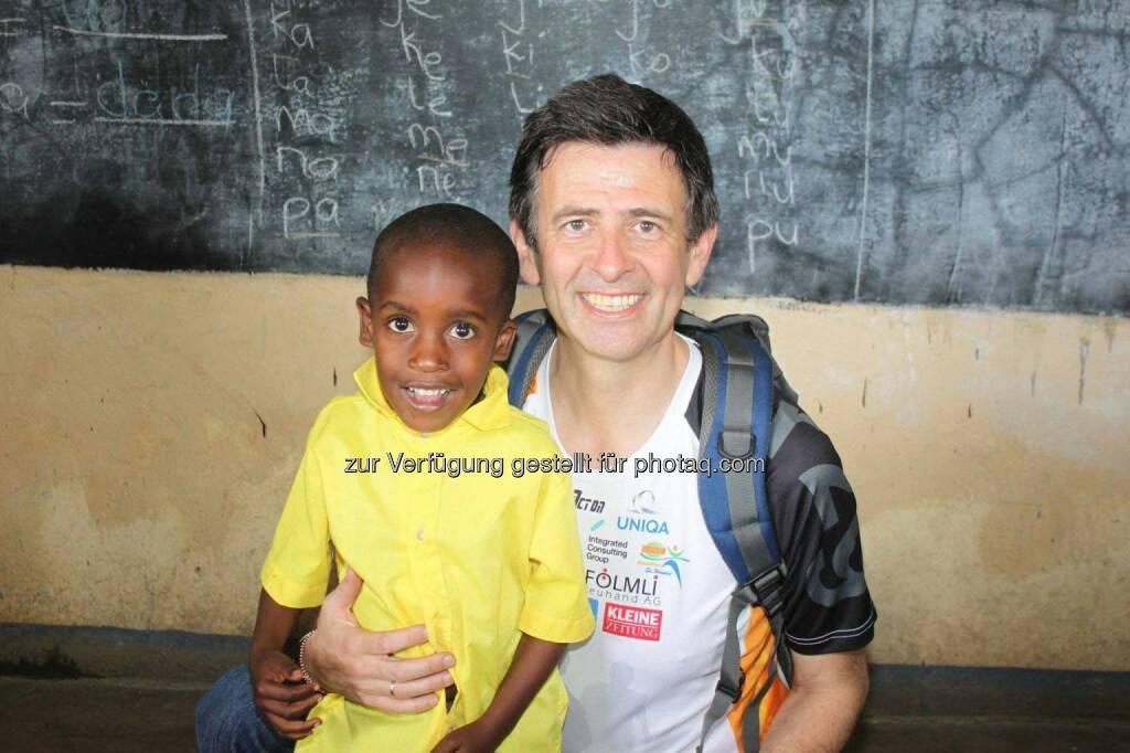 Thomas Kratky (Raiffeisen Informatik) im Waisenkindergarten in Kenia, Run2gether, © Thomas Kratky (13.02.2015)