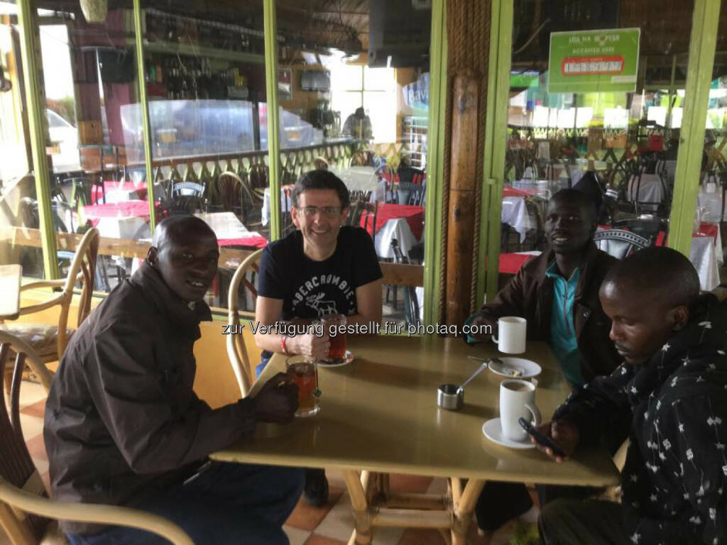 Thomas Kratky (Raiffeisen Informatik) mit Nahason Karuri, Isaac Kosgei und Julius Musyoka Makau von Run2gether in Kenia., © Thomas Kratky (18.02.2015)