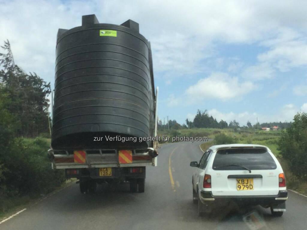 Kenia, Transport, schwer, überladen, Gewicht, gewichtig, überholen, © Thomas Kratky (18.02.2015)