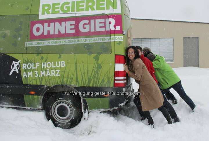 Eva Glawischnig hilft, den Tourbus von Rolf Holub anzuschieben - mit freundlicher Genehmigung von https://www.facebook.com/gruenekaernten