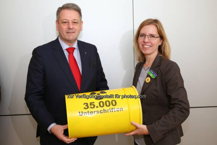 BM Andrä Rupprechter und Global 2000 Geschäftsführerin Leonore Gewessler: : Global 2000 Petition an BM Andrä Rupprechter: Internationales Recht muss für AKW Dukovany angewendet werden