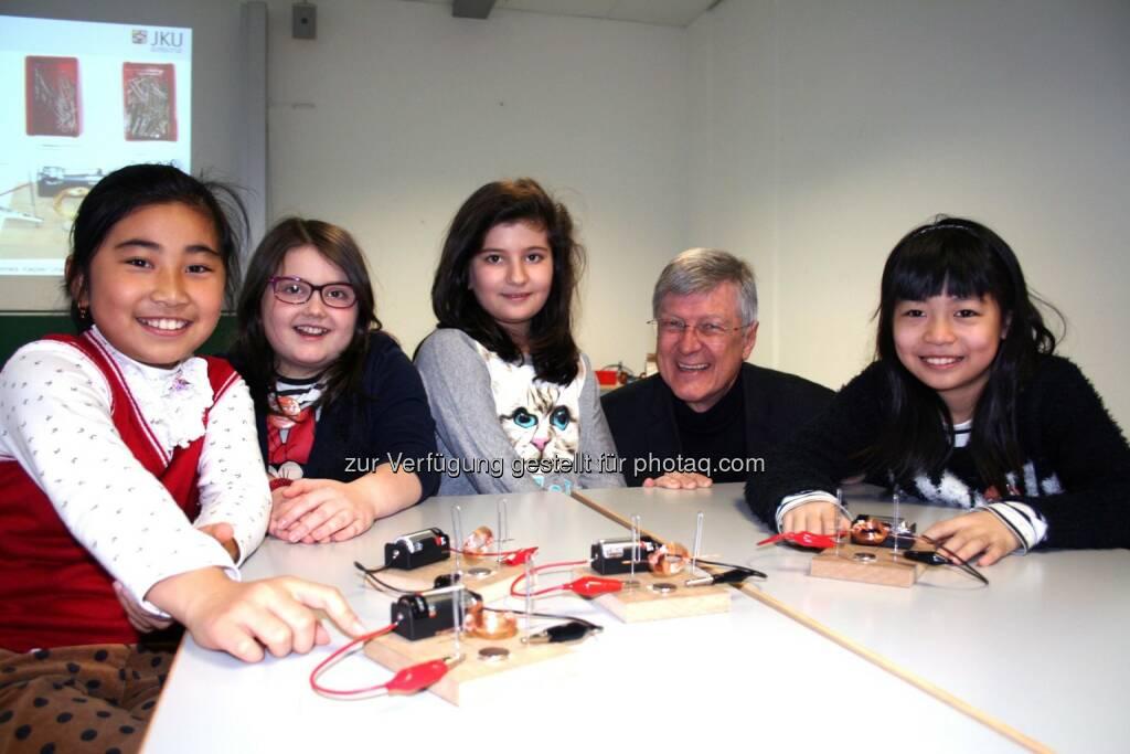 Prof. Bernhard Zagar (JKU Linz) mit den Mädchen  Jing Jing, Julia, Ayse und Ling von der VS 16 Jahnschule Linz und ihren selbst gebastelten Elektromotoren: Girls Day Junior, © Aussendung (25.02.2015)