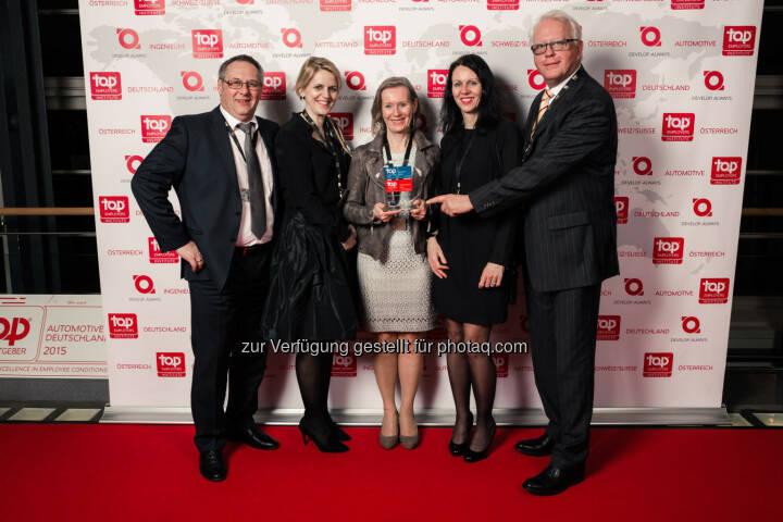Werner Vogelsang, Senior Director Human Resources DHL Express Österreich (rechts außen) mit DHL Epress Mitarbeitern: DHL Express wurde erstmalig als Top Employers Austria 2015 zertifiziert