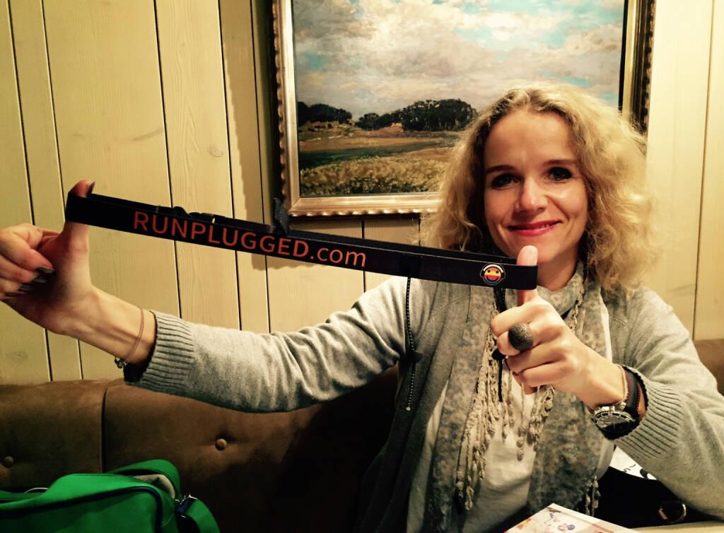 Christina Brandenstein, http://www.brandensteincom.at , spannt den Runplugged-Laufgurt im Lokal Das Heinz (25.02.2015)