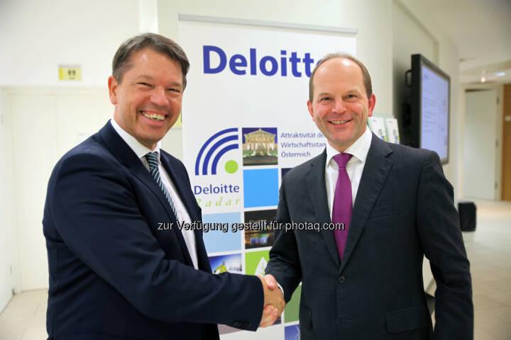 """Gerhard Marterbauer (Deloitte), Andreas Gerstenmayer (AT&S(: Gerstenmayer, CEO des Leiterplattenherstellers AT&S, wurde im Rahmen des BE / Deloitte Awards zum """"CEO des Jahres 2014"""" der im Prime Market börsenotierten Unternehmen gewählt. Mehr als 60 % der wahlberechtigten CEOs haben abgestimmt und ihre Wahl für Andreas Gerstenmayer unter anderem so begründet: """"Er hat mutig und weitsichtig investiert, eine Kapitalerhöhung in schwieriger Zeit durchgebracht und trotzt den Turbulenzen des Elektronikmarktes erfolgreich. Gerstenmayer und seinem Team gelingt es immer wieder, den technologischen Vorsprung zu bewahren, der Konkurrenz einen Schritt voraus zu sein und als Entwicklungspartner der großen Player Innovationen zu ermöglichen."""" © Draper"""