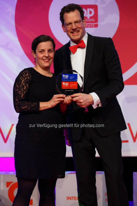 Nina Pirker (HR JTI Austria), David Plink (CEO Top Employers Institute): Japan Tobacco International (JTI) / Austria Tabak: JTI Austria 2015 erneut als Top Arbeitgeber zertifiziert