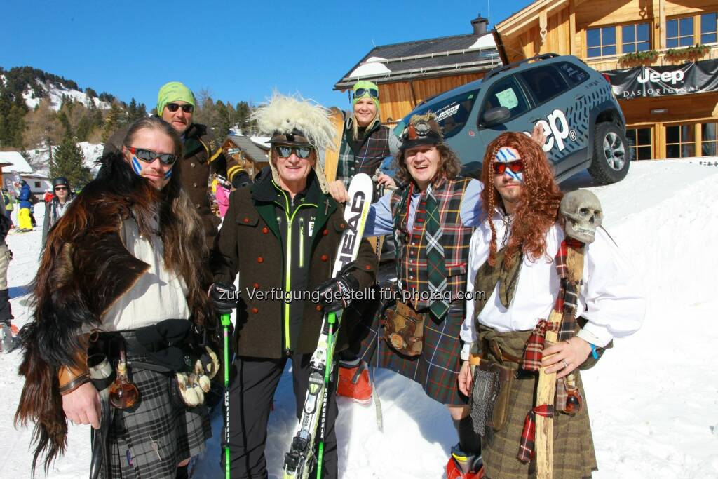 Werner Pucher (Styrian Highland Devils), Turracher Höhe Pistenbutler Elmar, Franz Klammer, Turracher Marketingchefin Elke Basler, Thomas MC Fetzn Rettl und Michael Flecker (Styrian Highland Devils): Turracher Höhe Marketing GmbH: Carving im Kilt mit Franz Klammer, © Aussendung (09.03.2015)