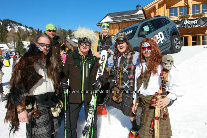 Werner Pucher (Styrian Highland Devils), Turracher Höhe Pistenbutler Elmar, Franz Klammer, Turracher Marketingchefin Elke Basler, Thomas MC Fetzn Rettl und Michael Flecker (Styrian Highland Devils): Turracher Höhe Marketing GmbH: Carving im Kilt mit Franz Klammer
