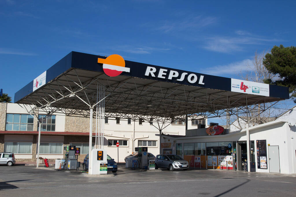 Repsol, Tankstelle <a href=http://www.shutterstock.com/gallery-221230p1.html?cr=00&pl=edit-00>Rob Wilson</a> / <a href=http://www.shutterstock.com/editorial?cr=00&pl=edit-00>Shutterstock.com</a>, © www.shutterstock.com (13.03.2015)