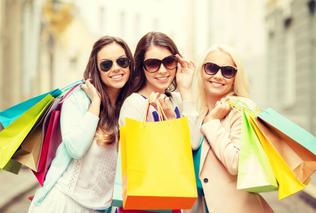 Shopping, Verbraucher, Konsum, Schlussverkauf, Sale, kaufen, einkaufen, ausgeben, http://www.shutterstock.com/de/pic-191344820/stock-photo-shopping-sale-happy-people-and-tourism-concept-three-beautiful-girls-in-sunglasses-with.html, © www.shutterstock.com (15.03.2015)