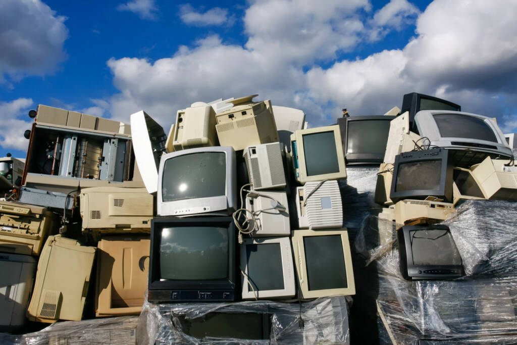 Konsum, Fernseher, Schrott, Junk, Elektroschrott, Verbraucher, Elektronik, http://www.shutterstock.com/de/pic-151665791/stock-photo-junked-crts-computer-monitors-tvs-and-old-printers-for-recycling-or-safe-disposal-recycling-any.html, © www.shutterstock.com (15.03.2015)
