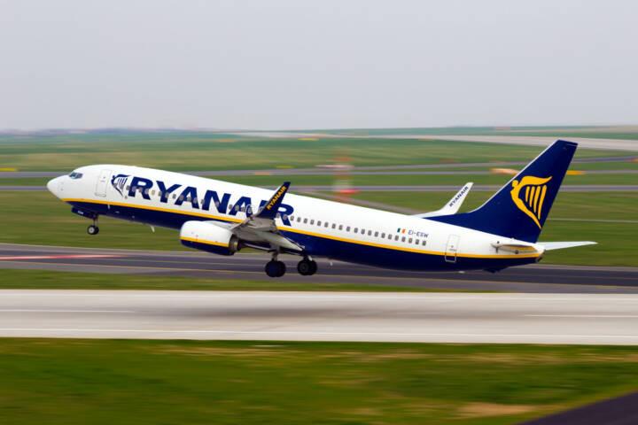 Ryanair, Fluglinie, Flugzeug, fliegen, abheben, <a href=http://www.shutterstock.com/gallery-927373p1.html?cr=00&pl=edit-00>Senohrabek</a> / <a href=http://www.shutterstock.com/editorial?cr=00&pl=edit-00>Shutterstock.com</a>, Senohrabek / Shutterstock.com