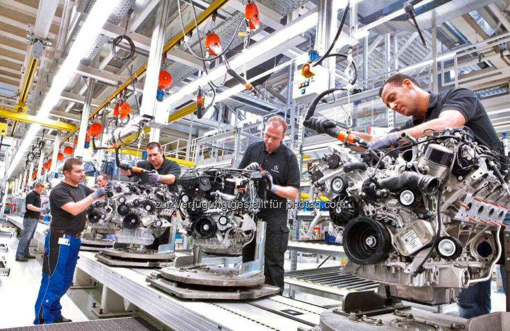 Montage von Benzinmotoren im Mercedes-Benz Werk Untertürkheim. Mercedes-Benz Werk Untertürkheim wird Hightech-Standort., © Aussendung (18.03.2015)