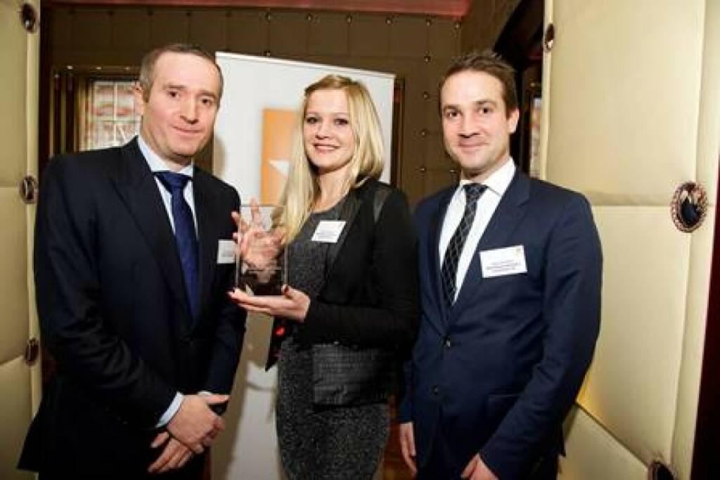 James Williams (Hedgeweek), Miranda Ademaj (Skënderbeg), Bruno Schneller (Skënderbeg): Skënderbeg wird von Hedgeweek für den Best Specialist Fund of Hedge Funds ausgezeichnet, © Aussendung (18.03.2015)
