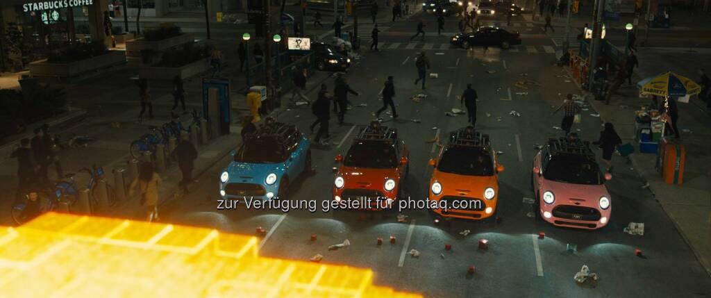 BMW: Sony Pictures bringt am 30. Juli mit Pixels einen neuen Film in die deutschen Kinos, in dem der Mini eine besondere Rolle spielt – als Gegenspieler des Bösen, gefahren von den vier Hauptdarstellern Adam Sandler, Peter Dinklage, Denis Akiyama und Josh Gad. © 2015 CTMG, Inc., © Aussendung (19.03.2015)