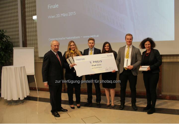 OeNB-Gouverneur Ewald Nowotny gratuliert dem Siegerteam der VBS Mödling des OeNB/EZB-Schulwettbewerb